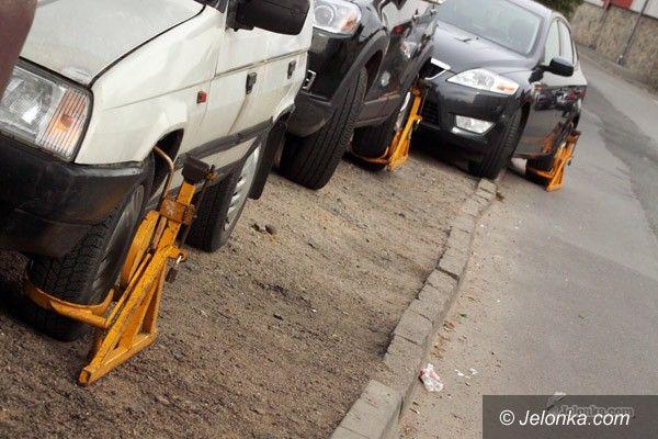 JELENIA GÓRA: Blokady na Jeleniej. Tuż przy parkingu