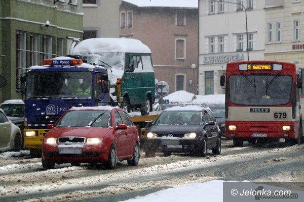 JELENIA GÓRA: Zima. Skrajnie trudne warunki na drogach