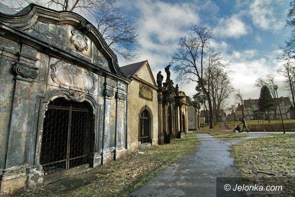 JELENIA GÓRA: Ruszą prace na byłym cmentarzu przy Kościele Łaski