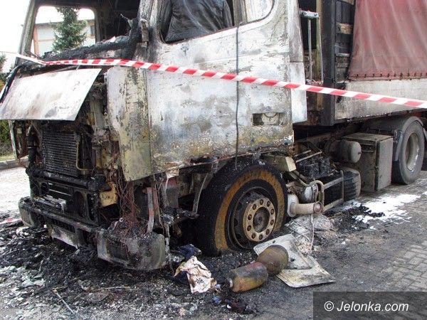 JELENIA GÓRA: Płonęły dwie ciężarówki. Pożar od nagrzewnicy?