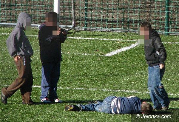 """JELENIA GÓRA: W czasie ferii dzieci się nudzą. """"Niewinne"""" ustawki na boisku"""