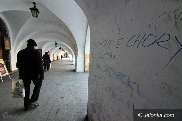 JELENIA GÓRA: Obrażają po nazwisku. Napisami na murach