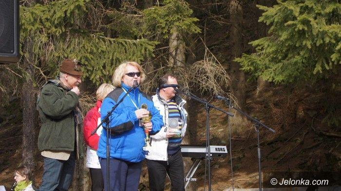KOWARY: Zjazd rogatymi na resztkach śniegu