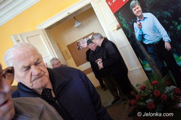 JELENIA GÓRA: Tablica pamięci Jerzego Szmajdzińskiego odsłonięta. O 8.41 pod siedzibą SLD