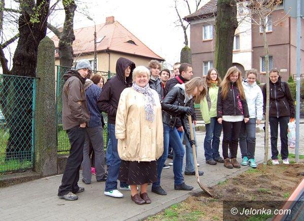 """JELENIA GÓRA: Na pożegnanie z """"Żeromem"""". Posadzili drzewka"""
