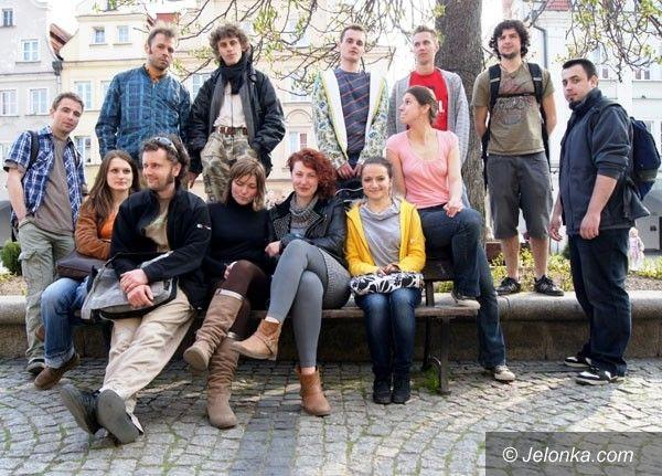 """JELENIA GÓRA: """"Flash mob"""" pod Ratuszem! Trzyminutowy koncert z udziałem przechodniów"""