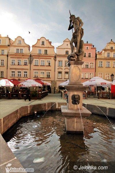 JELENIA GÓRA: Bardzo brudna fontanna w Rynku