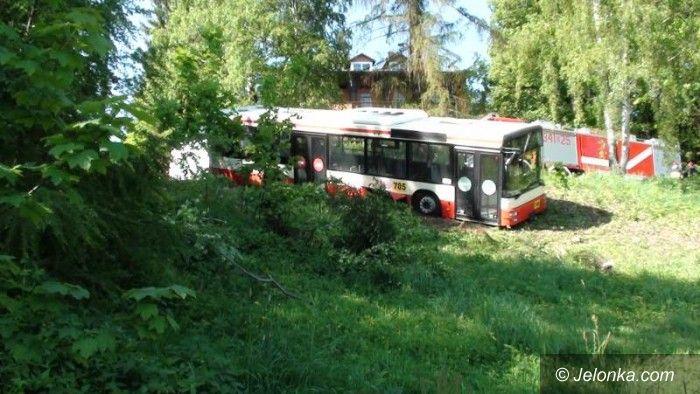 REGION JELENIOGÓRSKI: Autobus MZK zawisł na skarpie