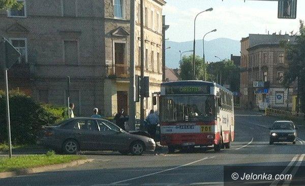 JELENIA GÓRA: Stłuczka auta z autobusem. Czyja wina?