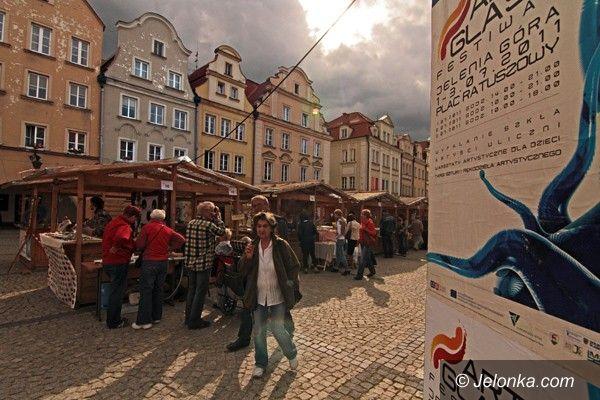 JELENIA GÓRA: Przygoda ze szkłem i sztuką na placu Ratuszowym