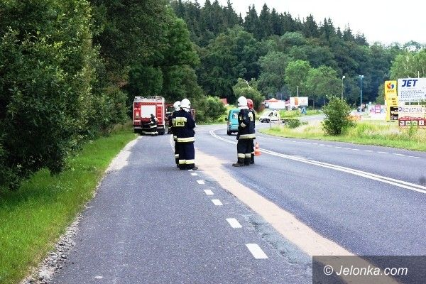 JELENIA GÓRA: Dachowanie i wypadek motocyklowy w Siedlęcinie. Wskutek rozlanego oleju