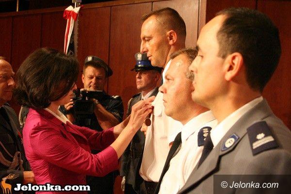 JELENIA GÓRA: Po święcie policji. Stu policjantów nagrodzonych i odznaczonych