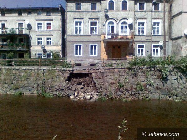 JELENIA GÓRA: Zniszczony mostek i mur oporowy. Kuszą licho
