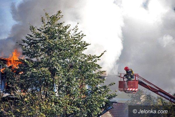 JELENIA GÓRA: Spłonął dach w zaniedbanym śródmieściu