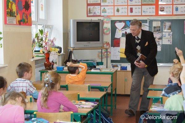 REGION JELENIOGÓRSKI: Ryszard Kiełek znów w szkołach z misją czytania