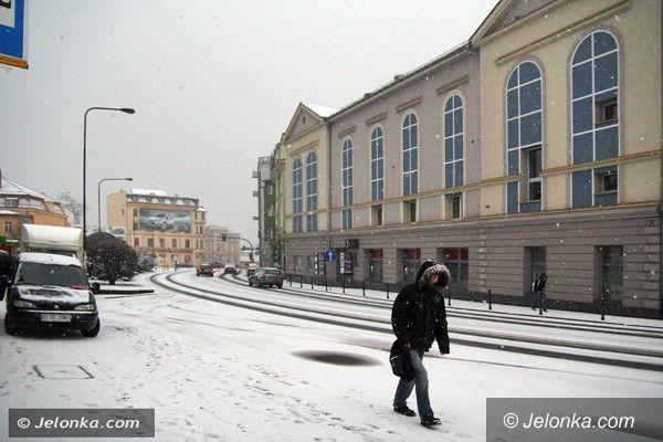 REGION JELENIOGÓRSKI: Uwaga! Na drogach i chodnikach ślisko i śnieżnie