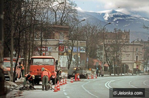 JELENIA GÓRA: Drogowcy łatają zniszczone nawierzchnie ulic