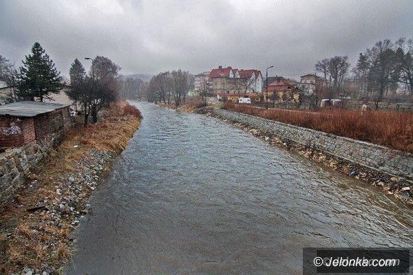 JELENIA GÓRA: Deszcz popadał, śnieg w górach topnieje, w rzekach przybywa wody
