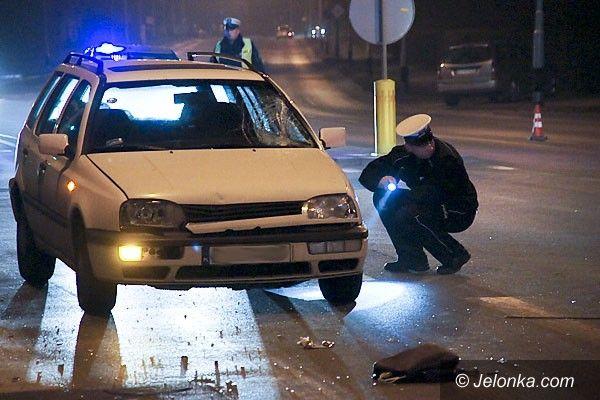 JELENIA GÓRA: Mężczyzna z wózkiem pod kołami samochodu. Na ulicy Wolności