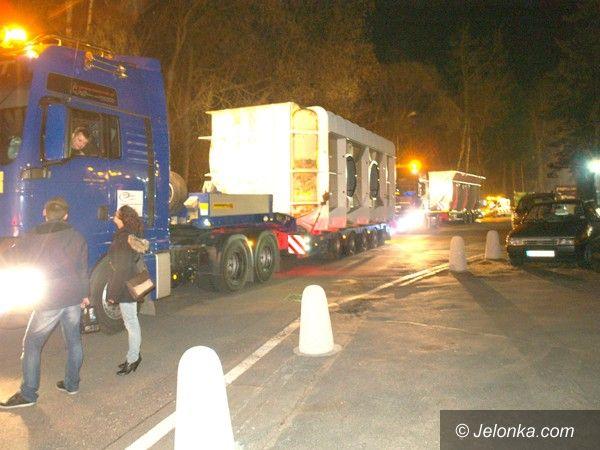 Jelenia Góra: Ogromny transport przedzierał się nocą przez miasto