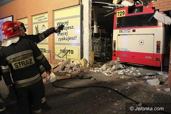 Jelenia Góra: Autobus wbił się w cieplickie Netto. Z powodu zasłabnięcia kierowcy?