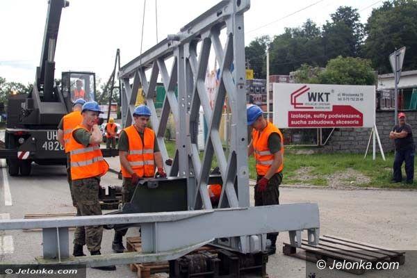 Jelenia Góra: Trwa montaż mostów w Maciejowej