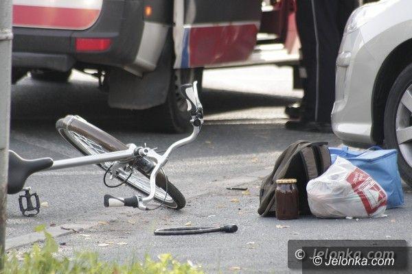 Jelenia Góra: Cyklistka uderzyła w zaparkowane auto i złamała rękę