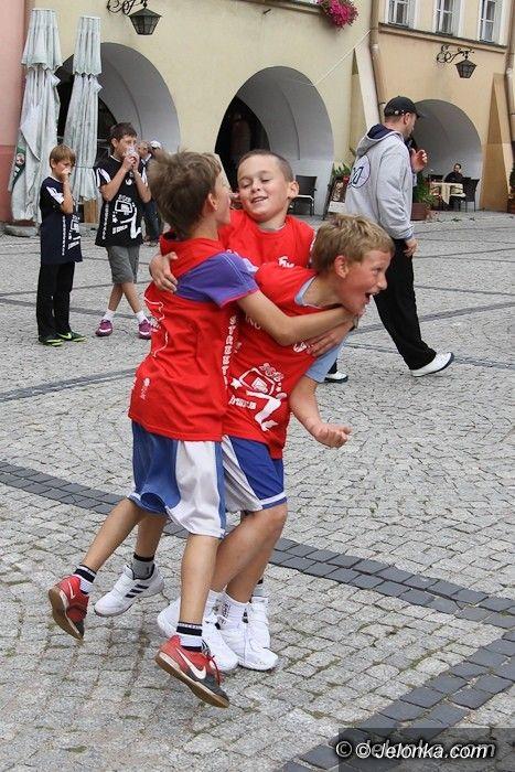Jelenia Góra: Święto koszykówki na jeleniogórskim Rynku. Dzień pierwszy