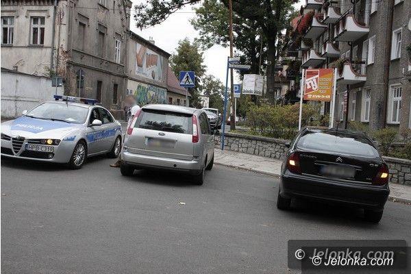 Jelenia Góra: Nietrzeźwy kierowca cofał fordem i uderzył w citroena