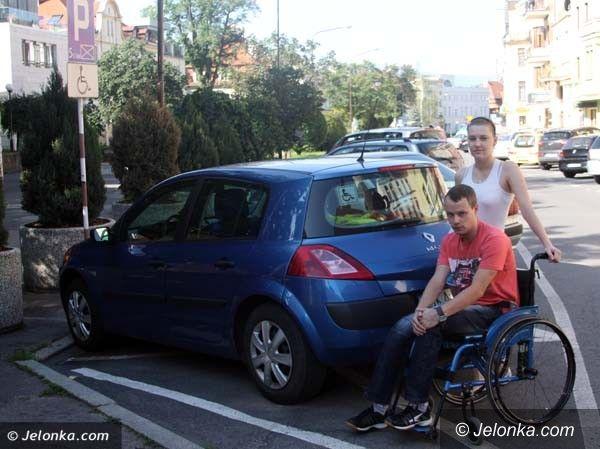 Jelenia Góra: Dodatkowe miejsca parkingowe dla niepełnosprawnych we właściwych miejscach?