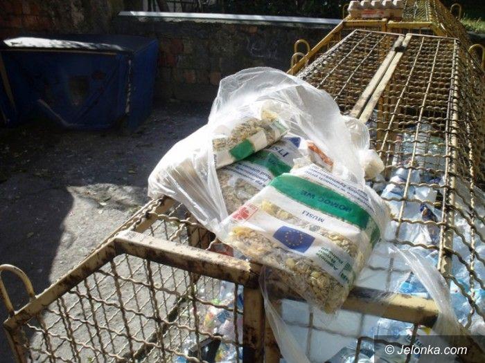 Jelenia Góra: Wyrzucają darmową żywność na śmietnik