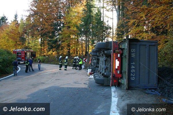 """Region: Ciężarówka z węglem wywróciła się na """"trójce"""". Droga do Jakuszyc zablokowana"""