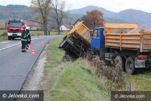 Sosnówka: Ciężarówka w rowie obok Zalewu w Sosnówce