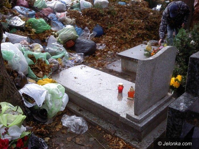 Jelenia Góra: Czytelnicy: Groby tonęły w śmieciach!