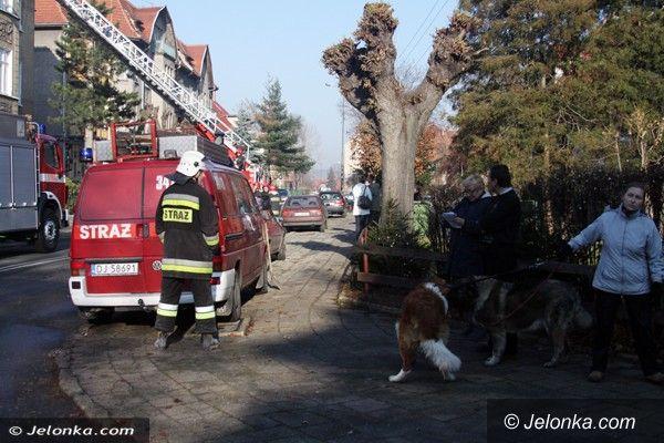 Jelenia Góra: Pożar sadzy w kominie wielorodzinnego domu w Cieplicach. Ewakuowano mieszkańców