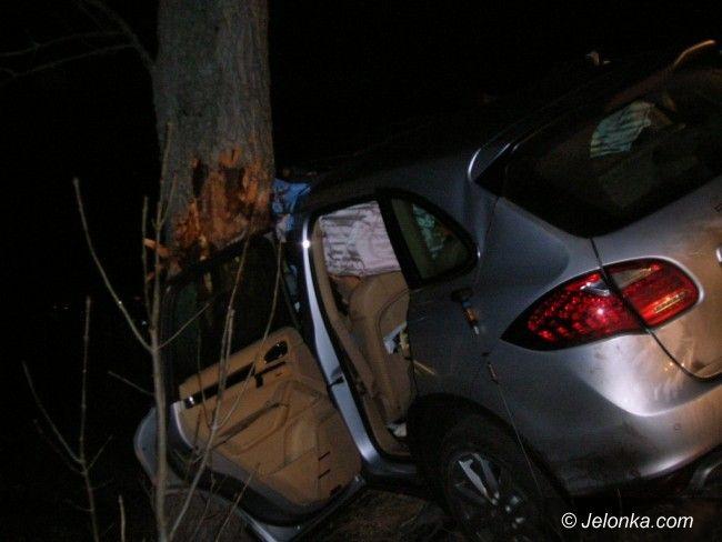Jelenia Góra: Wypadek w Dziwiszowie – 65–latek był zakleszczony w aucie