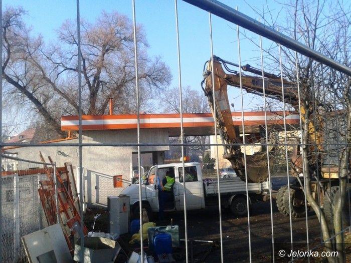 Jelenia Góra: Centrum informacji nie będzie. Wyburzono stację benzynową przy al. Wojska Polskiego