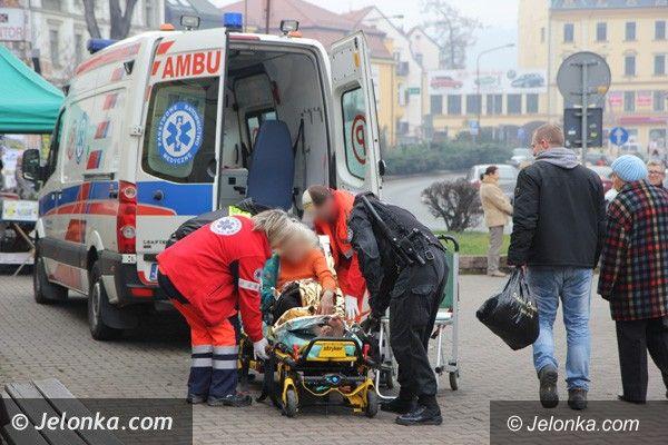 Jelenia Góra: Strażacy pomogli ratownikom pogotowia dostać się do chorej kobiety