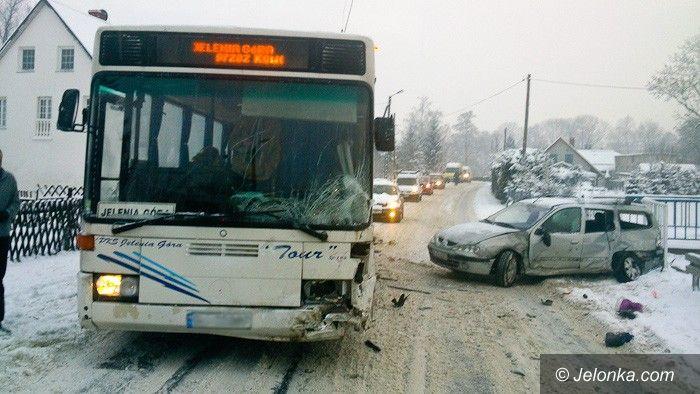 Region: Samochód osobowy wjechał w Kostrzycy w autobus PKS