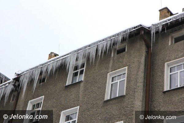 Jelenia Góra: Niebezpieczne sople i nawisy śnieżne. Trzeba je usuwać!