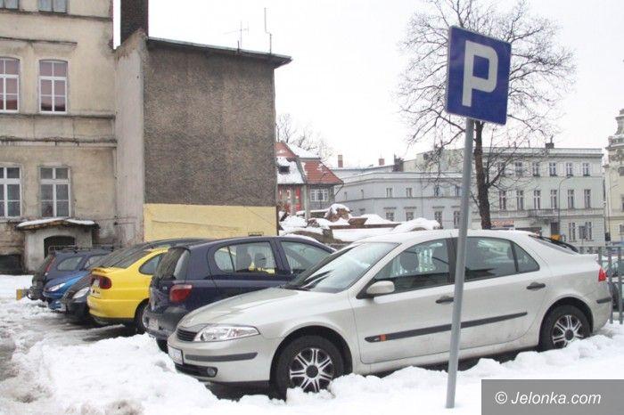 Jelenia Góra: Mieszkańcy: Miejski parking tonie w śniegu