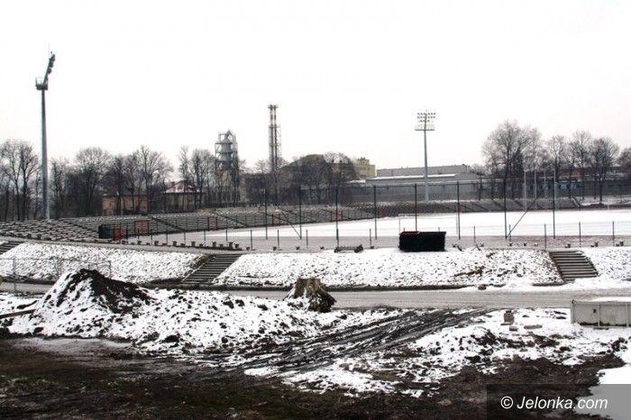 Jelenia Góra: Pracownicy budują stadion przy Złotniczej za darmo?