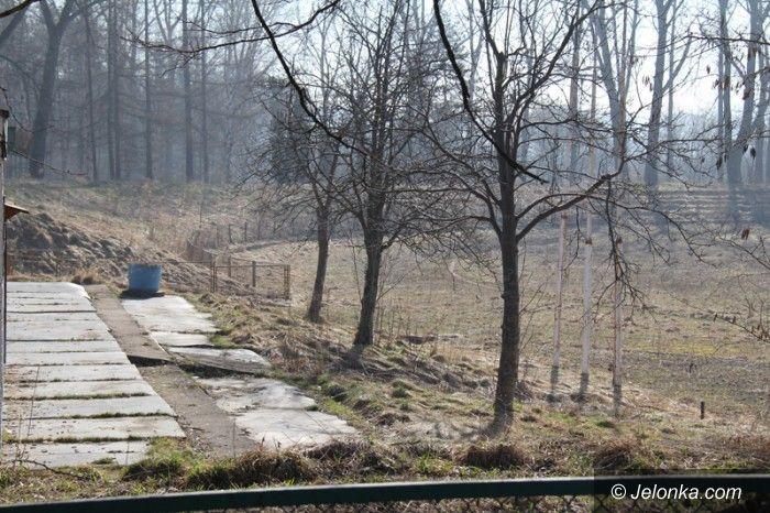 Jelenia Góra: Wojskowy stadion sprzedany. W planach jest market, miasto na to się nie zgadza