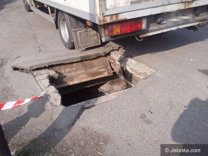 Jelenia Góra: Wpadł ciężarówką do studzienki kanalizacyjnej