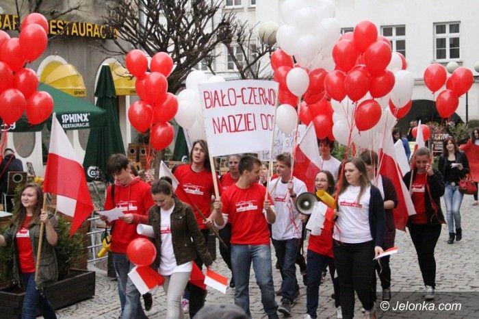 Jelenia Góra: Gimnazjaliści przypominali dorosłym o majowych świętach