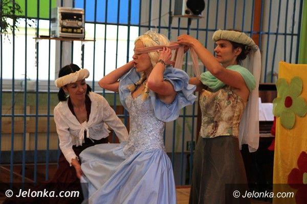 """Jelenia Góra: W """"Okrąglaczku"""" rodzice zagrali spektakl dla swoich pociech"""