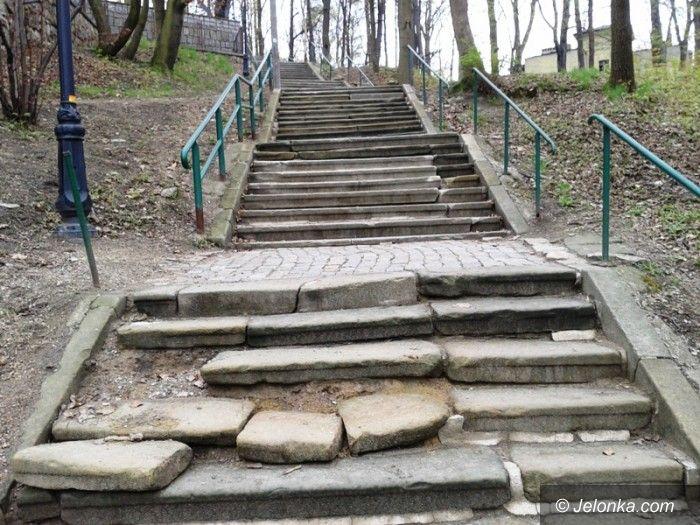 Jelenia Góra: Czytelnicy alarmują – to nie schody, to pułapka