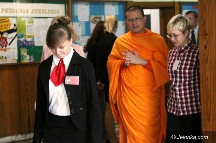 """Jelenia Góra: Mnich buddyjski w """"Ekonomie"""""""