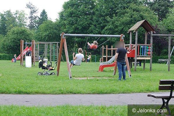 Jelenia Góra: Czytelnik: Nie dewastujcie placu zabaw w parku!