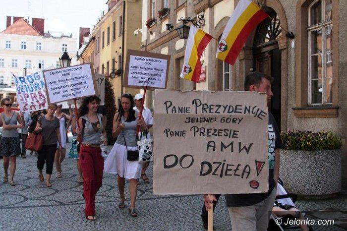Jelenia Góra: Pikietowali pod Ratuszem – mają dość obietnic!